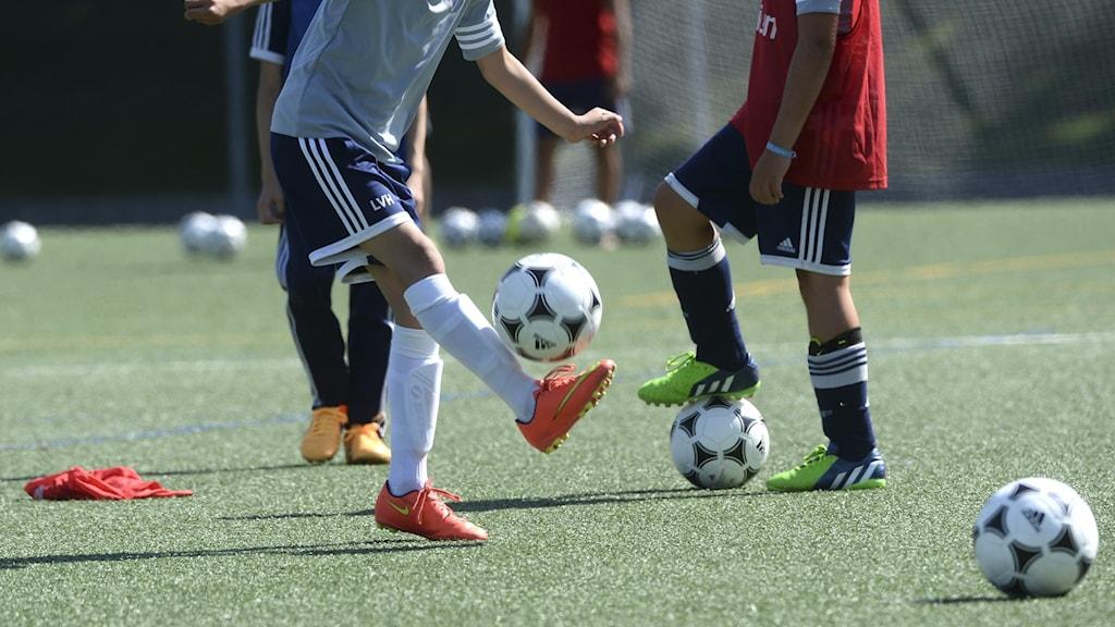 En ungdom spelar fotboll