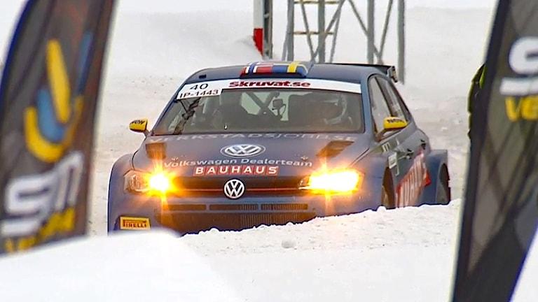 Johan Kristofferssons bil i en rallytävling. Foto: SVT.