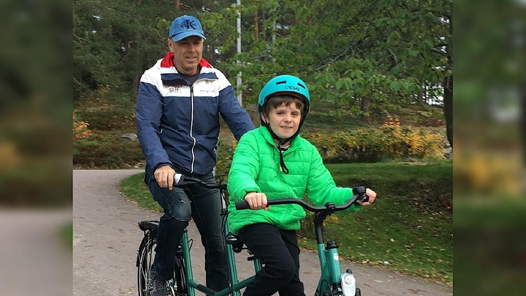 Oliver Damberg och pappa Martin på en tandemcykel. Foto: Privat.