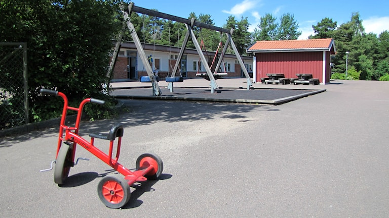En tom skolgård vid gamla Gruvlyckeskolan, Karlstad. Foto: Carol Atallah/Sveriges Radio.