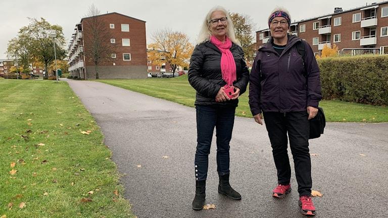 70-plussarna Birgitta och Jirina framför lägenhetshusen på Våxnäs i Karlstad. Fotograf:Jonas Berglund