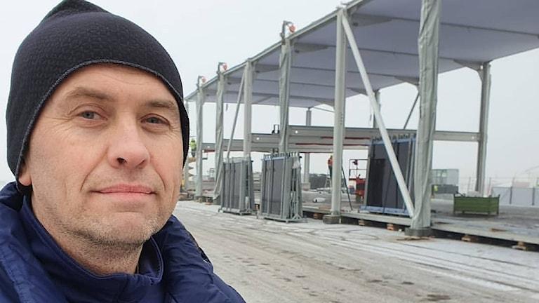 Adam Magnusson med serviceplats i bakgrunden. Foto: Aron Eriksson/Sveriges Radio.