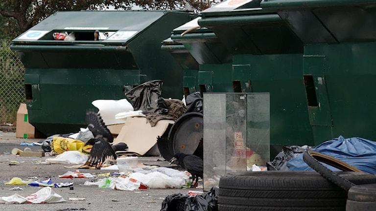 Skräpig återvinningsstation. Foto: Johan Nilsson