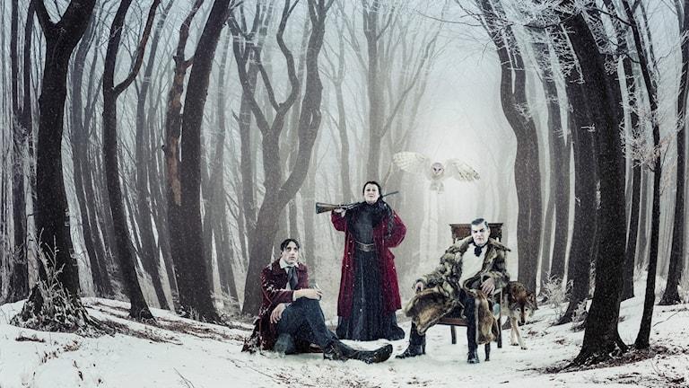 stiliserat vintrigt skogslandskap med hotfulla trädstammar, majorskan med ett gevär och Gösta Berling