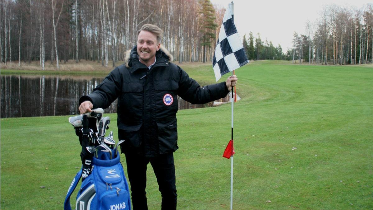 Jonas Blixt ler inför kamerorna på Hammarö golfbana. Foto: Magnus Hermansson/SR.