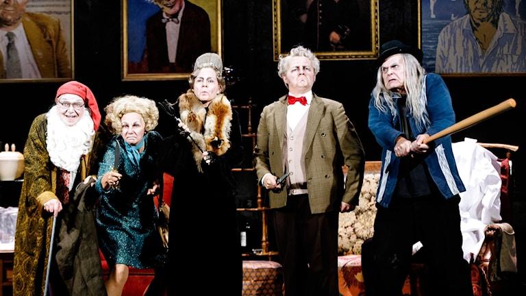fem åldrade musikartister ser rasande ut