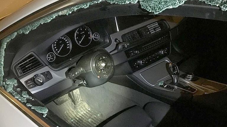 En bil där man ser att ratten är bortplockad vid en stöld. Foto: Polisen i Värmland.