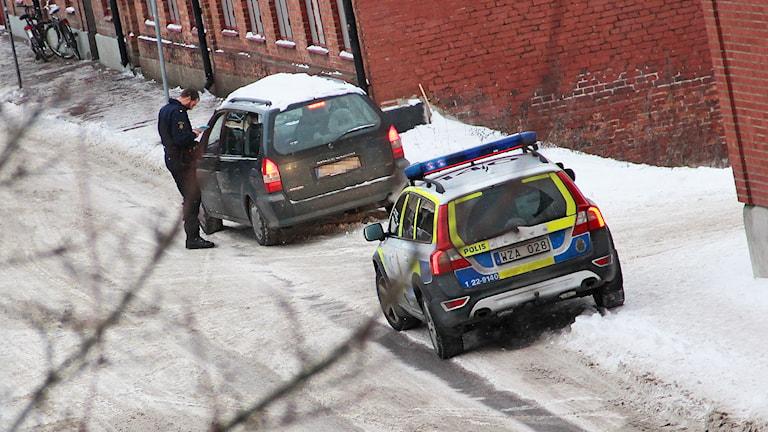 En polisatrull har stoppat en bil. Foto: Lars-Gunnar Olsson/Sveriges Radio.