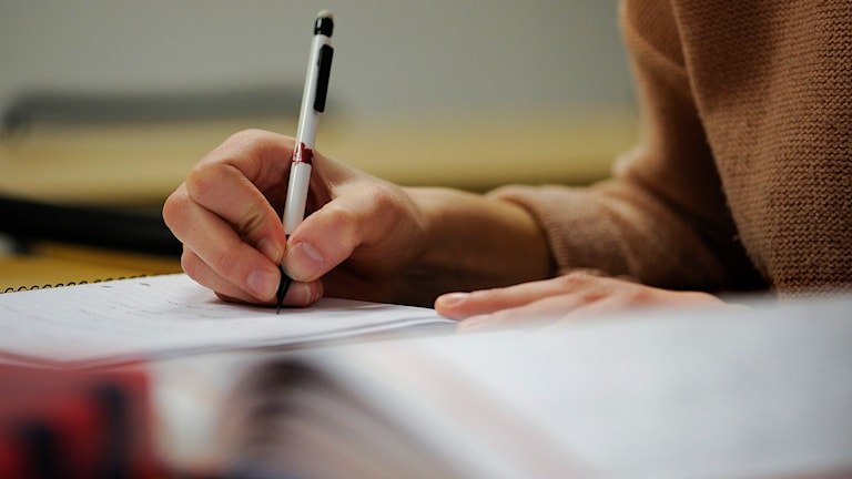 En student studerar.