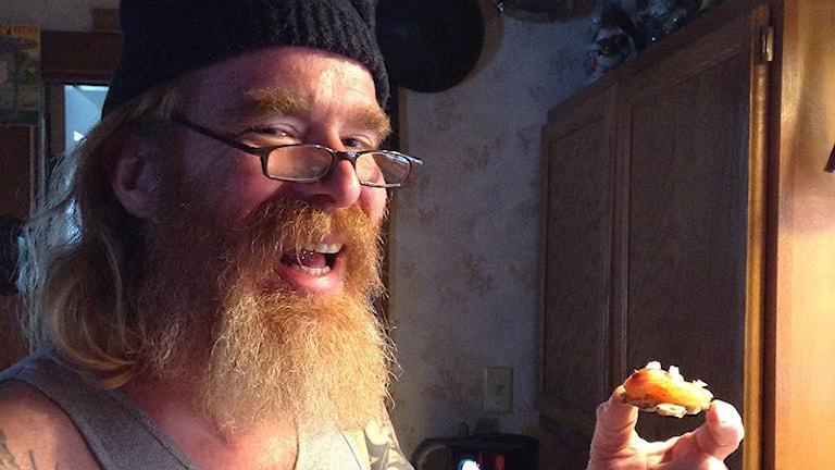 John Stenson provsmakar svensk gravlax han lagat själv hemma i Wisconsin