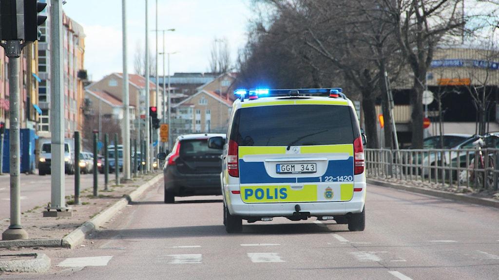 En polisbil under utryckning. Foto: Lars-Gunnar Olsson/Sveriges Radio.