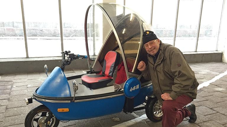Tomas Carmland med sin elbil. Foto: Robert Ojala/Sveriges Radio.