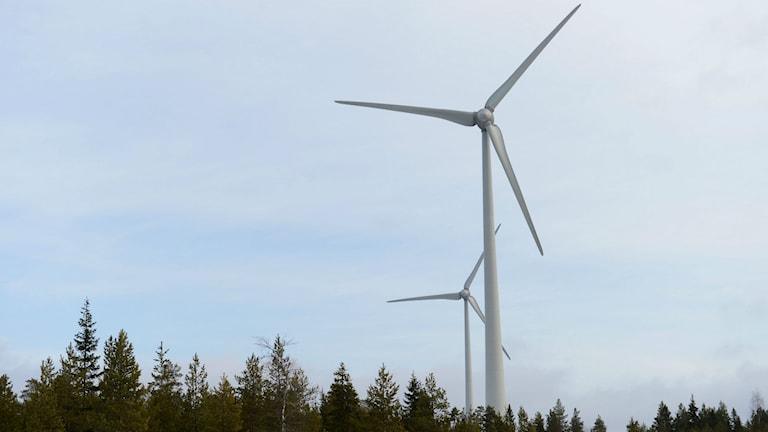 Två vindkraftverk