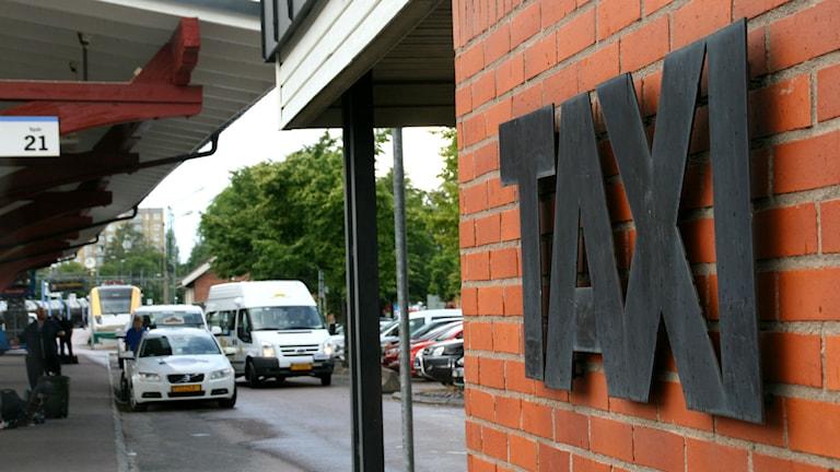 Taxibilar som inväntar kunder vid centralstationen i Karlstad. Foto: Kristian Erskog/Sveriges Radio P4 Värmland