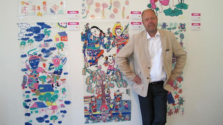 Mats Bergman framför konstverk. Foto: Carol Atallah/Sveriges Radio