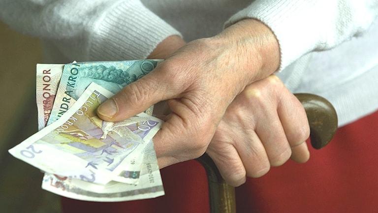 Pensionär med pengar i handen. Foto: LEIF R JANSSON / SCANPIX