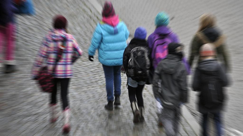 Skolbarn som går på en gata