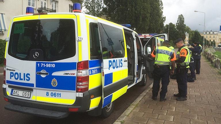 Poliser och polisbilar. Foto: Ola Finell/Sveriges Radio.