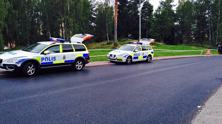 Polisbilar vid avspärrad plats. Foto: Jenny Norberg/Sveriges Radio.