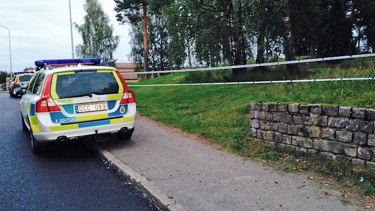 Polisbil vid avspärrad plats. Foto: Jenny Norberg/Sveriges Radio.