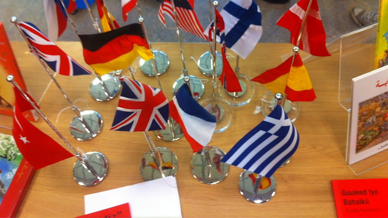 Flaggor från olika länder fanns på plats på välkomstbordet till internationella språkdagen på Tingvallagymnasiet i Karlstad. Foto: Jenny Tibblin/Sveriges Radio