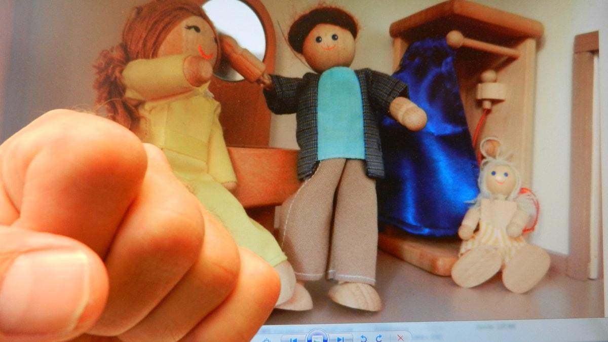 Bild av knytnäve bland leksaker