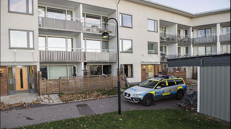 En polisbil parkerad utanför en fastighet. Foto: David Hårseth/TT.