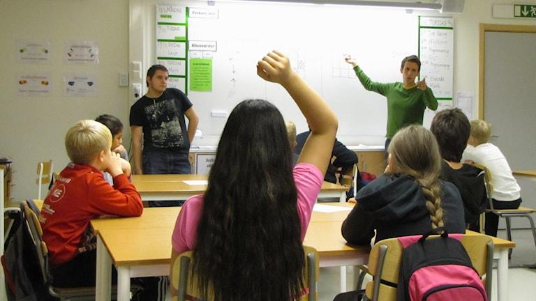 Barn och lärare i klassrum. Foto: Carol Atallah/Sveriges Radio.