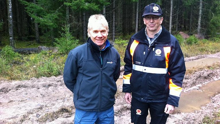 Arne Axelsson, marknadsområdeschef på Stora Enso och Lennart Eriksson, maskinförare på Stora Enso. Foto: Jenny Tibblin