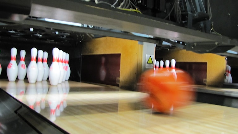 Bowlingklot och käglor. Foto: Carol Atallah/Sveriges Radio.