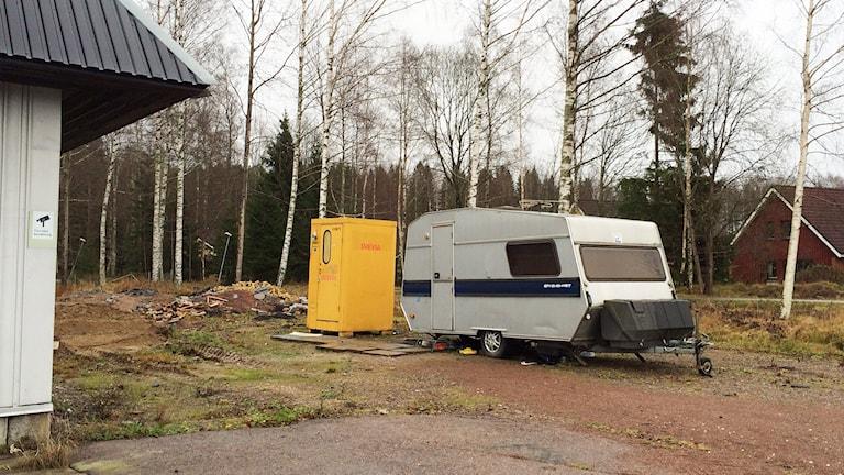 En husvagn på en grusplan. Foto: Annika Ström/Sveriges Radio.