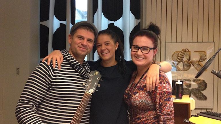 Malte och Ida Thoresson tillsammans med programledare Sara Johansson. Foto: Emilie Pless/Sveriges Radio.