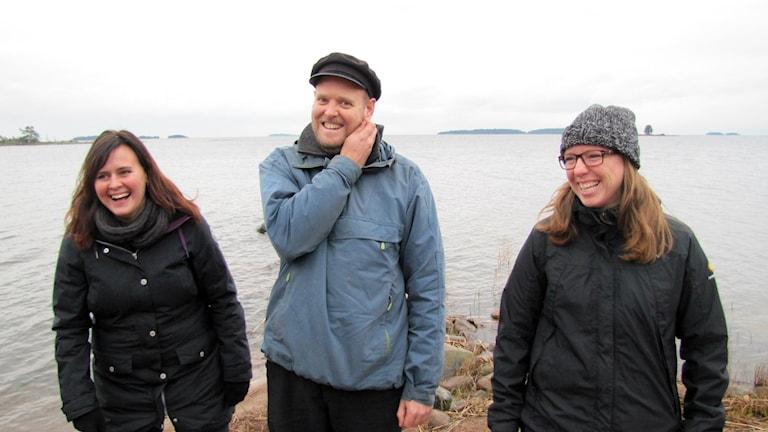 Christina Hägglund, natur- och parkchef, Martin Sandmark, projektsamordnare, och Ann Johansson, naturvårdshandläggare. Foto: Anna Lingsell/Sveriges Radio.