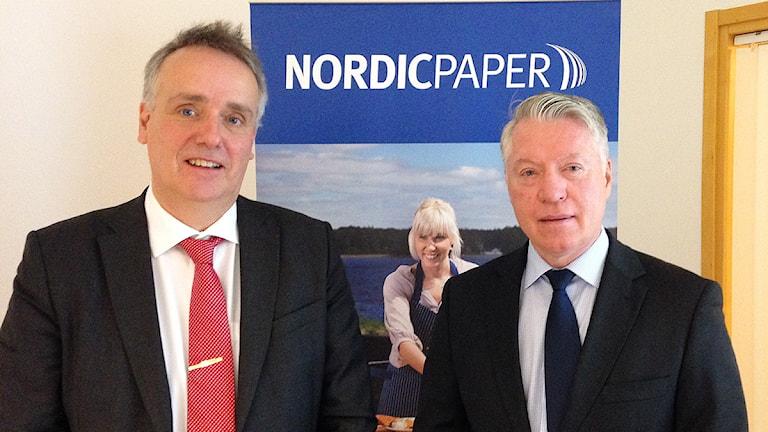 Fr. v. Per Bjurbom, tillträdande VD för Nordic Paper, och Jan Runo, avgående VD. Foto: Robert Oajala/Sveriges Radio.