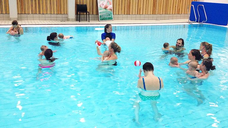 barn och vuxna i en pool. Foto: Emilie Pluss/Sveriges Radio.