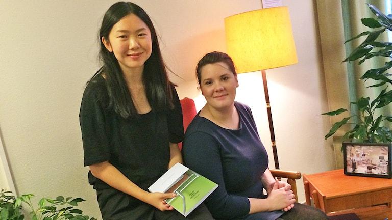 Hanna Andersson och Malin Svensson som skrivit och deltagit i studien Berättelser från insidan. Foto: Laila Carlsson/Sveriges Radio