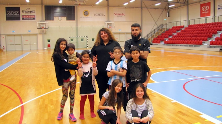 Ledarna Serwa Palanijafi och Madi Ahmadi med några av barnen på gårdagens drop-in-idrott. Foto: Anna Lingsell/Sveriges Radio.