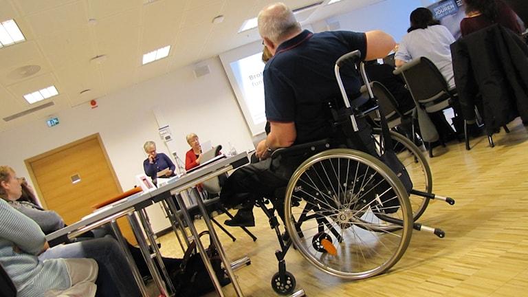 Man i rullstol under föreläsning. Foto: Carol Atallah/Sveriges Radio.