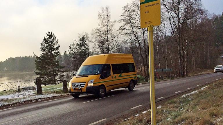 En buss kör förbi en hållplats. Foto: Annika Ström/Sveriges Radio.
