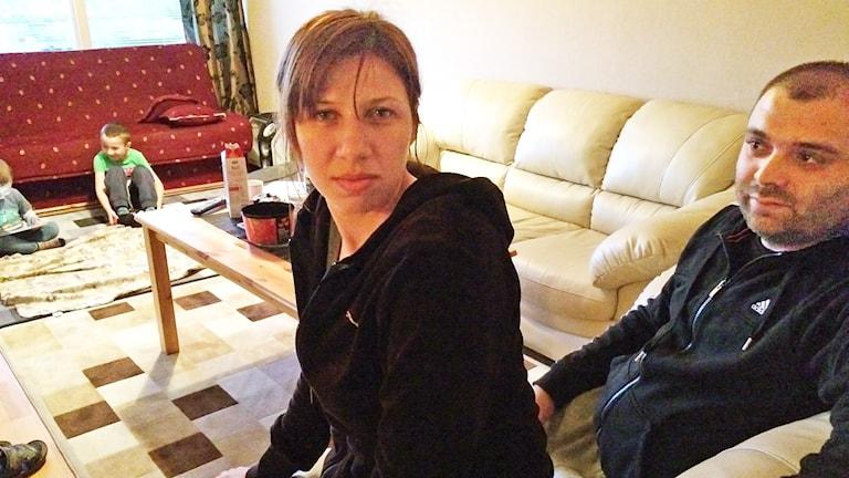 Flyktingfamilj från Grums: Vesna Tosic, Miroslav Novakovov med barnen Nikola och Jovica. Foto: Mari Stenström/Sveriges Radio.