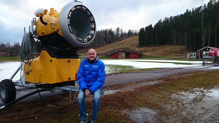 Hans Carlson ordf i Sk Bore skidor vid snökanon. Foto: Lennart Nordenstein.