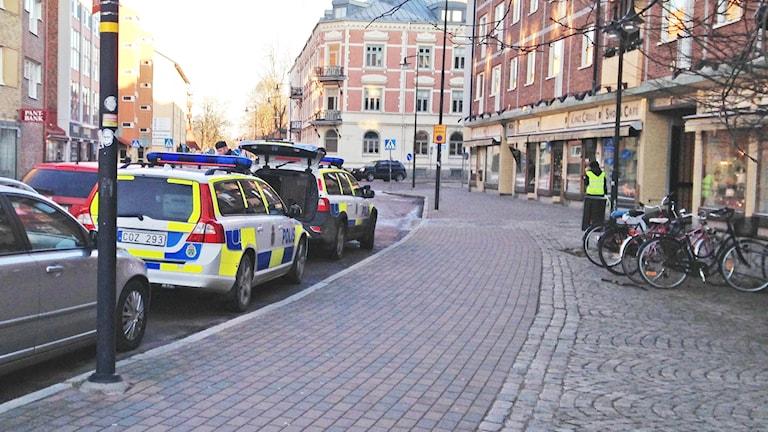 Polisbilar på en gata. Foto: Johanna Skoglund/Sveriges Radio.