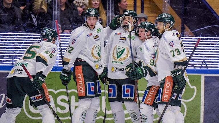 Glada FBK-spelare efter reducering till 4-2 i tisdagens SHL-match i ishockey mellan Leksands IF och Färjestad BK på Tegera Arena i Leksand. Foto: Ulf Palm / TT