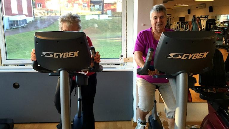 Rut Berghed och Aino Hammarström går till gymmet två gånger i veckan sedan 14 år. Foto: Ann Edliden/P4 Värmland.