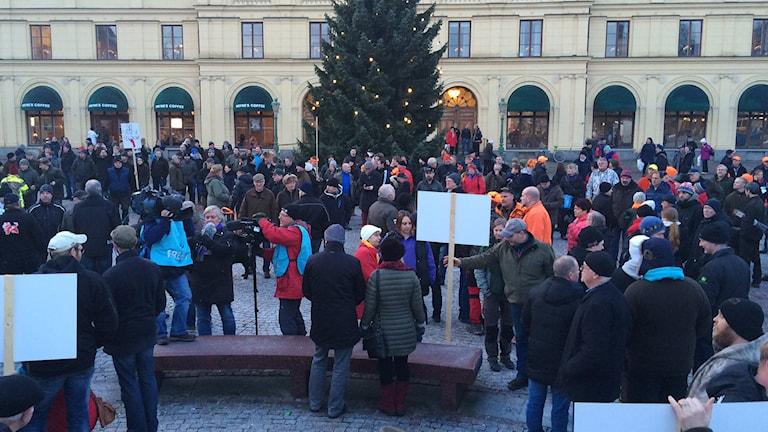 Demonstranter på torget. Foto: Örjan Bengtzing/Sveriges Radio.
