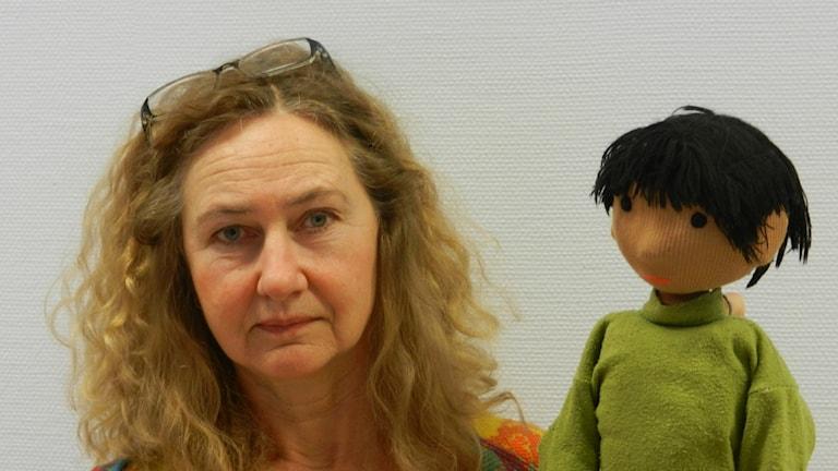 Pia Holmquvist och dockan Dee