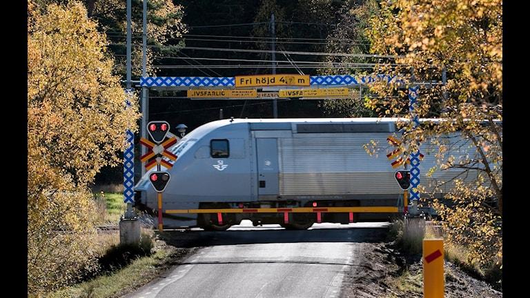 Från och med den nionde augusti i år börjar SJ köra snabbtåget x 2000 mellan Stockholm - Oslo samtidigt som SJ utökar turerna från två till tre avgångar per dag. 4,5 timme ska det ta att åka mellan huvudstäderna vilket då kan konkurera med flyget enligt SJ. Men då krävs det att antalet stopp reduceras, bland annat så kommer tåget inte att stanna i Charlottenberg eller Kongsvinger, den sista anhalten i Värmland blir i Arvika sen är det raka spåret till Oslo. Men nu kräver alltså Norska staten tillsammans med Kongsvingers kommun att tåget ska stanna i Kongsvinger eftersom många pendlar från Värmland till Kongsvinger, något som är långt ifrån vad SJ initialt planerat för att hålla tidtabellen. Foto: TT.