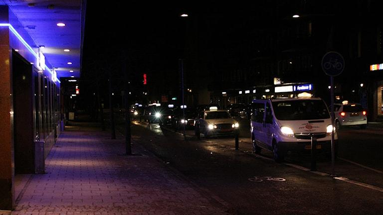 Lång rad taxibilar nattetid i centrala Karlstad. Foto: Magnus Hermansson/Sveriges Radio arkiv.