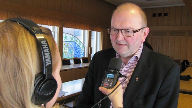 Landshövding Kenneth Johansson intervjuas av reporter Lisa Linder Lindberg. Foto: Joel Segerdahl / Sveriges Radio.