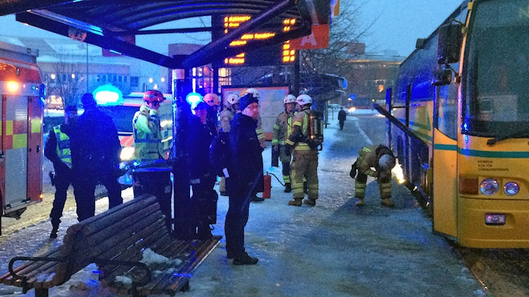 Räddningstjänst och polis vid en buss som brunnit. Foto: Martin Lindkvist